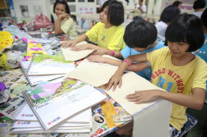 """โครงการกรุณาสัมผัส หนังสือนิทานภาพนูน โดย """"ธ.ยูโอบี"""" เปิดโลกเรียนรู้เด็กตาบอด"""
