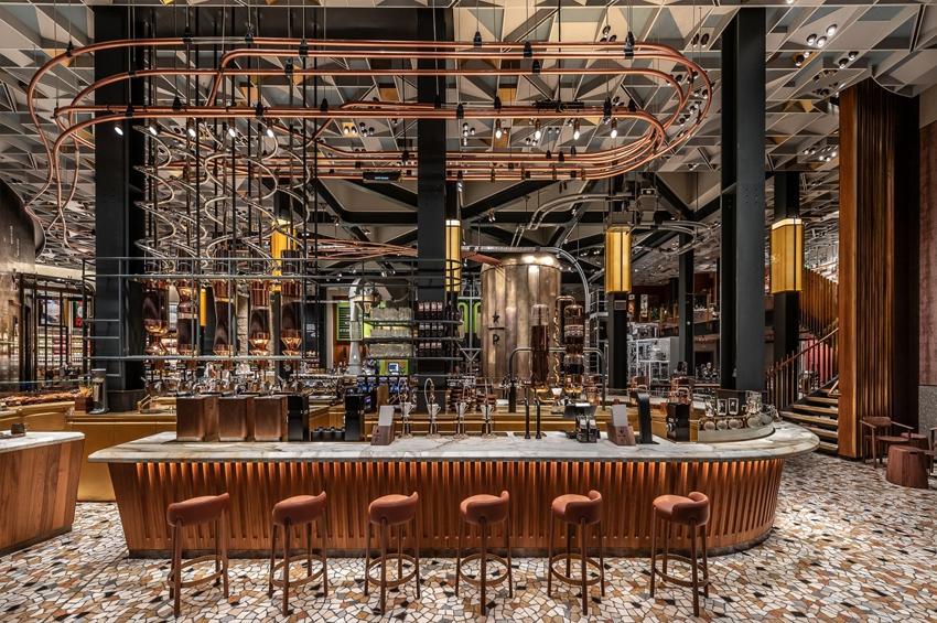 """เมื่อ Starbucks เยือนถิ่นต้นตำหรับ ร้านแรกใน """"อิตาลี"""" จัดเต็มจนขึ้นชื่อว่าเป็นร้านที่ """"สวยที่สุด"""" ในโลก"""