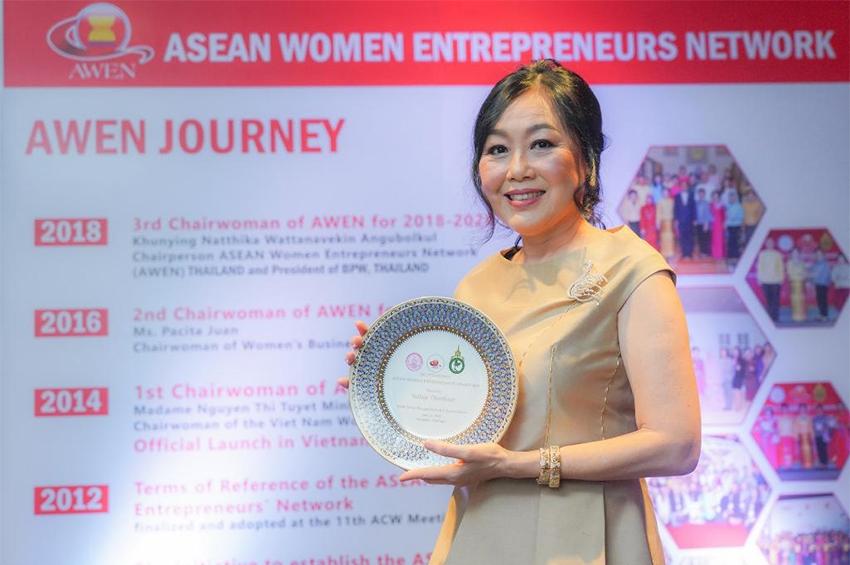 """วัลยา จิราธิวัฒน์ คว้ารางวัล """"Outstanding ASEAN Women Entrepreneurs"""""""